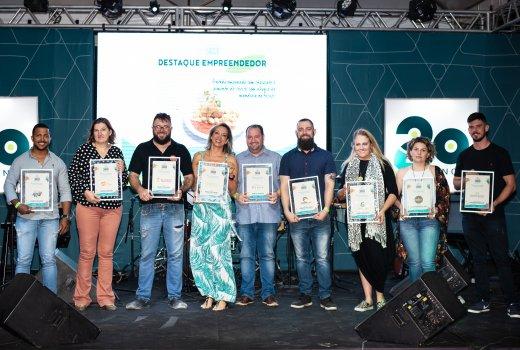 Os representantes dos restaurantes e cafeterias que participaram desta edição do Sicoob Sabor, no palco, após a premiação